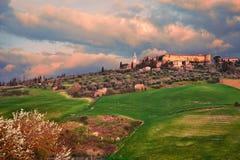 Pienza, Siena, Toscana, Italia: paesaggio all'alba della citt? antica della collina fotografia stock