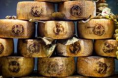 Pienza, Toscânia - queijo típico de Pecorino, feito com leite do ` s dos carneiros, em uma mercearia em Pienza Italy Fotografia de Stock