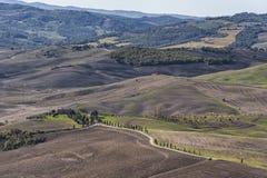 Pienza - Toskana/Italien, am 30. Oktober 2016: Szenische Toskana-Landschaft mit Rolling Hills und Tälern im Herbst, nahe ` Pienza Lizenzfreies Stockbild