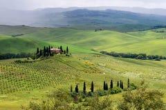 PIENZA, TUSCANY/ITALY - 19 ΜΑΐΟΥ: Καλλιεργήσιμο έδαφος κάτω από Pienza Tuscan Στοκ Εικόνα