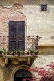 PIENZA, TUSCANY/ITALY - 19 DE MAYO: Balcón de un edificio en Pienza Imagen de archivo