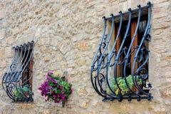 PIENZA, TUSCANY/ITALY - 19 DE MAYO: Barras de la seguridad del hierro labrado encima Imagen de archivo libre de regalías