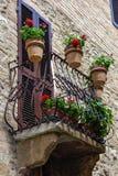 PIENZA, TUSCANY/ITALY - 19 DE MAYO: Flores en un balcón en Pienza Fotografía de archivo libre de regalías
