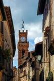 PIENZA, TUSCANY/ITALY - 19 DE MAYO: Torre de reloj en Pienza Toscana Foto de archivo
