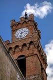 PIENZA, TUSCANY/ITALY - 19 DE MAYO: Torre de reloj en Pienza Toscana o Fotos de archivo libres de regalías