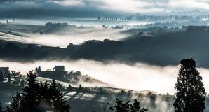 PIENZA, TUSCANY/ITALY - MAJ 22: Mgły kołysanie się przez Val d'Orci Zdjęcie Stock