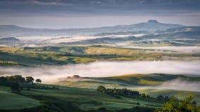 PIENZA, TUSCANY/ITALY - MAJ 22: Mgła Wiruje przez Val d'Orc Fotografia Stock