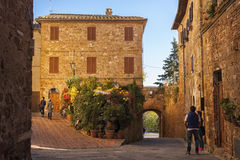 PIENZA - TUSCANY/ITALY, 30 OKTOBER, 2016: Niet gedefiniëerde mensen in de mooie oude en middeleeuwse stad van Pienza, Val D ` Orc stock fotografie