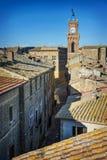 Pienza van de daken wordt gezien dat Corso Rossellino en de Toren van het Stadhuis Siena, Italië royalty-vrije stock afbeeldingen