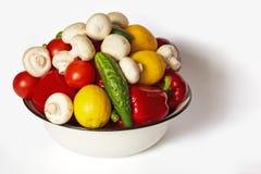 Pieprze, pomidory, ogórki, cytryny i pieczarki, kłamają w basenie Fotografia Stock