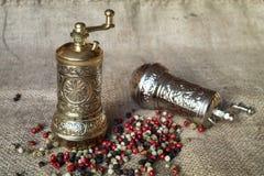 Pieprzowi młyny i peppercorns Zdjęcie Stock