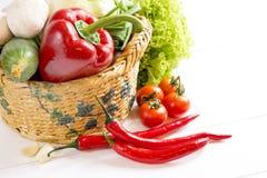 Pieprzowi sałatkowi warzywa w łozinowym koszu na drewnianym stole Fotografia Royalty Free