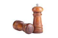 Pieprzowy i solankowy potrząsacz zrobił †‹â€ ‹odizolowywającemu drewno na bielu plecy Obraz Stock