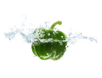Pieprzowy spadać lub zamaczać w wodzie z pluśnięciem Fotografia Royalty Free