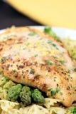 pierś kurczaka z grilla makarony zdjęcia stock