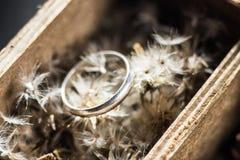 Pierścionek na kwiacie w pudełku Zdjęcia Royalty Free