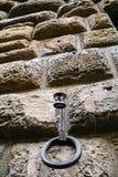 pierścionek uczepiać się poczta na ścianie średniowieczny dom obraz royalty free