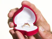 Pierścionek w otwartym pudełku w man& x27; s ręka propozycja - odizolowywa Zdjęcie Stock