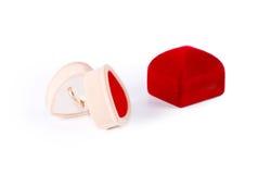 Pierścionek w serce kształtującym pudełku Obrazy Stock