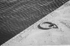 Pierścionek wiązać łódź w czarny i biały zdjęcia stock
