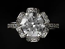 Pierścionek z diamentem czarnej tła tekstyliów biżuterię złoty srebra Obrazy Royalty Free