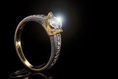 Pierścionek zaręczynowy żółty i biały złoto z iskrzastym diamentem Obrazy Royalty Free