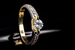 Pierścionek zaręczynowy żółty i biały złoto z iskrzastym diamentem Zdjęcia Stock
