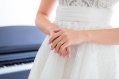 Pierścionek zaręczynowy na bride's palcu Obraz Stock