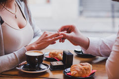 Pierścionek zaręczynowy, propozycja w kawiarni fotografia stock