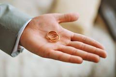 Pierścionek zaręczynowy przy ślubem Zdjęcie Stock