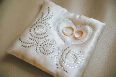 Pierścionek zaręczynowy przy ślubem Zdjęcie Royalty Free