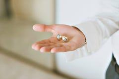 Pierścionek zaręczynowy przy ślubem Fornal widzii pierścionek Obrazy Royalty Free