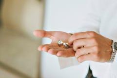 Pierścionek zaręczynowy przy ślubem Fornal widzii pierścionek Fotografia Royalty Free