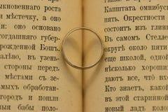 Pierścionek zaręczynowy w książce zdjęcie stock