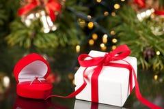 Pierścionek Zaręczynowy w pudełku i luksus teraźniejszy w czerwonym faborku zdjęcia stock