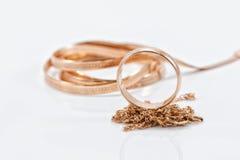 Pierścionek zaręczynowy złocisty i różny wyplata łańcuch fotografia royalty free