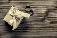 Pierścionek zaręczynowy z prezenta pudełkiem - drewniany tło zdjęcie royalty free