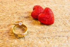 Pierścionki i serca Symbol miłość i lojalność Miejsce dla twój teksta obrazy royalty free