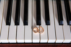Pierścionki na pianinie fotografia royalty free