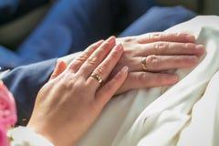 Pierścionki zaręczynowi w rękach nowożeńcy Zdjęcie Royalty Free