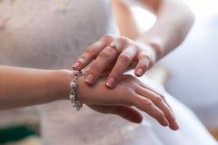 Pierścionki zaręczynowi w rękach nowożeńcy Obrazy Royalty Free