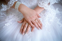 Pierścionki zaręczynowi w rękach nowożeńcy Fotografia Royalty Free