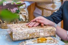 Pierścionki zaręczynowi w rękach nowożeńcy Zdjęcie Stock