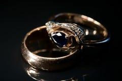 pierścionku karowy złoty szafir dwa Zdjęcia Stock