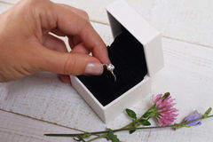 Pierścionku zaręczynowego pudełko w pann młodych rękach Zbliżenie kobiet palmy trzyma jewellery Miłość, ślub, Proponuje, małżeńst Obrazy Stock