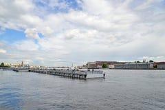 Pier auf dem Hintergrund der Unternehmen Admiralitäts-Werfte an Lizenzfreies Stockfoto