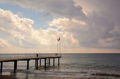 Pier auf dem Meer bei Sonnenuntergang in Alanya, die Türkei Lizenzfreie Stockfotos