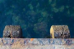 Pier auf dem Meer, schöne Wasserfarbe lizenzfreie stockbilder