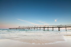 Pier auf dem Ozean mit hetzender Welle Stockfotografie