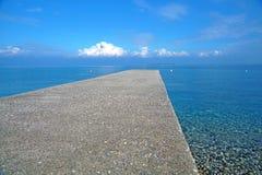 Pier auf dem Seehorizont mit einem Gewitter Stockfotografie